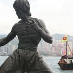 Des bateaux ennemis? Bruce Lee reste sur ses gardes!
