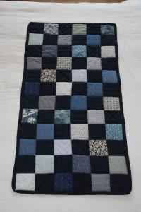 couverture à carrés bleus