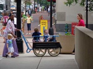 Sur le chemin vers le HRC, des nannies qui promènent les enfants de la crèche