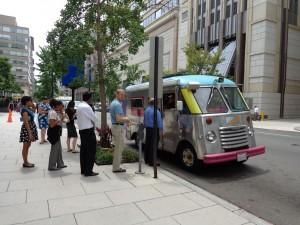 A la sortie des bureaux, les camionnettes de bouffe proposent différents menus