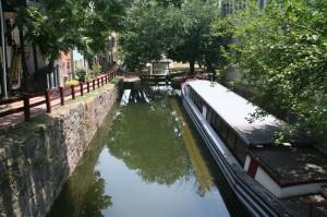 Le C&O canal, qui part du Potomac à Georgetown pour rejoindre l'intérieur de terres. Des barges tirées par des mules y transportaient le charbon jusqu'au début du siècle (passé)