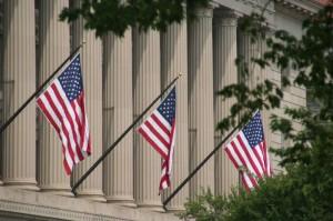 Cette image résume bien l'apparence de la ville: de la verdure, des colonnes (ioniques) et des drapeaux américains partout