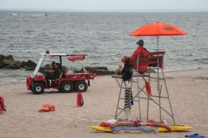 Remarquez le second life guard qui pionce sur la planche de surf...